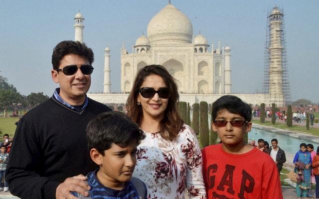 madhuri-dixit-visits-taj-mahal-family